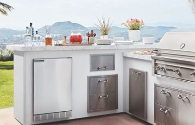 outdoor refrigerator on an l-shaped island